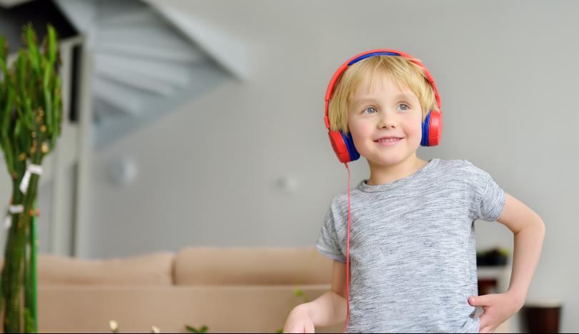 Enfant écoutant un podcast