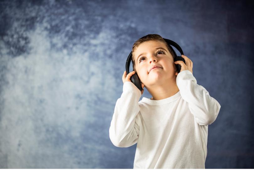 CosyNest_petit garcon écoutant une histoire
