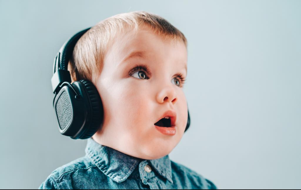Petit garçon écoutant une histoire