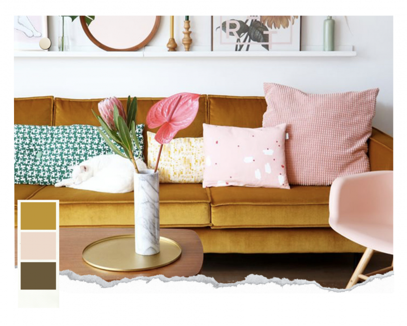 Salon avec un canapé jaune moutarde velvet