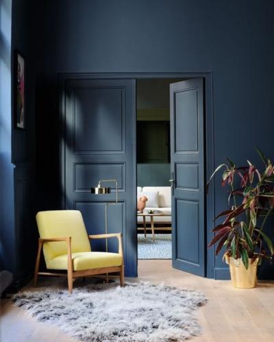 Rededition - Fauteuil jaune et mur bleu